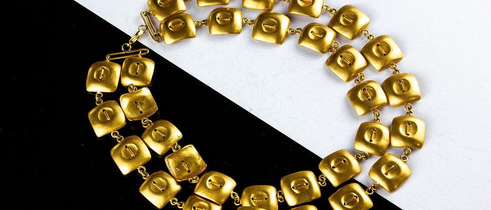 Collar dorado pectoral botón