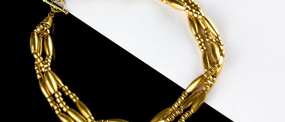 Collar dorado de cuentas enlazado
