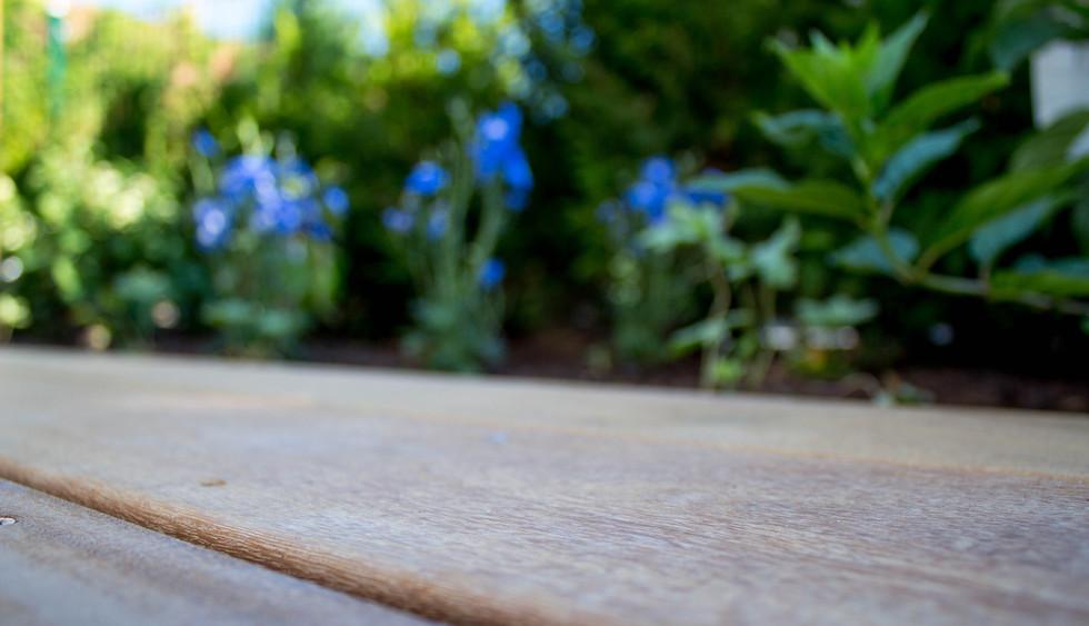 Holzdeck mit Blumenbeet
