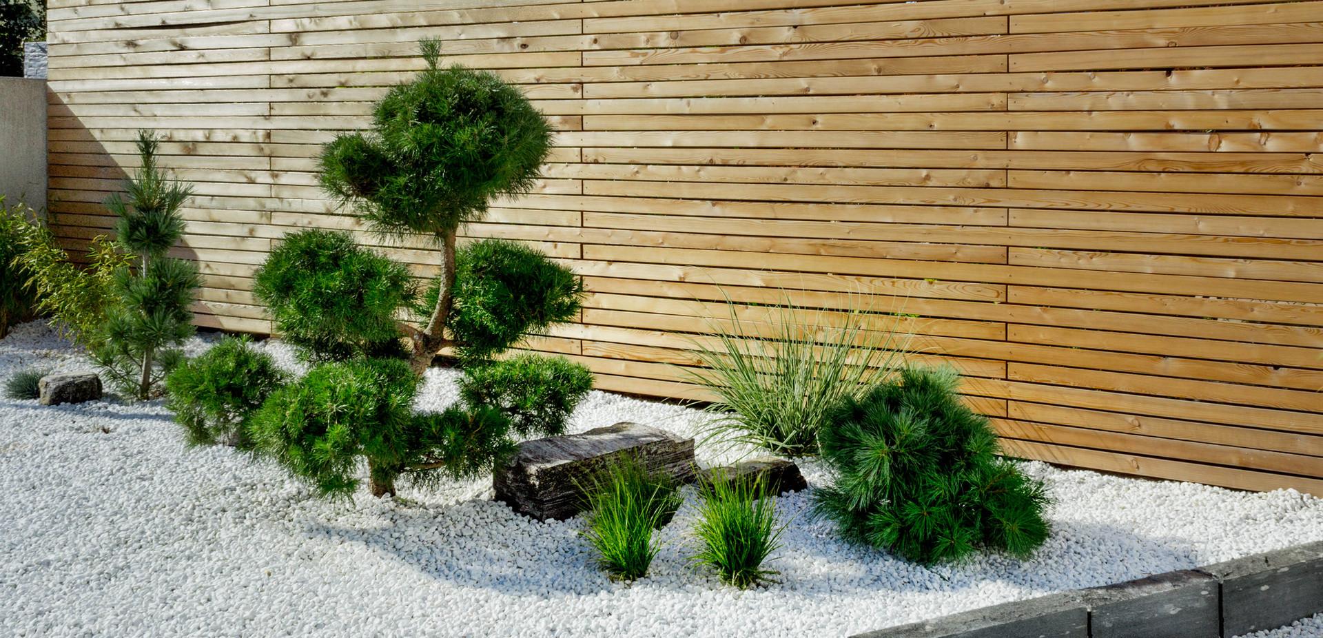 Steingarten mit Holzzaun