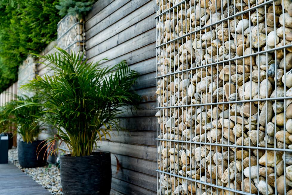 Sichtschutz mit Steinelementen