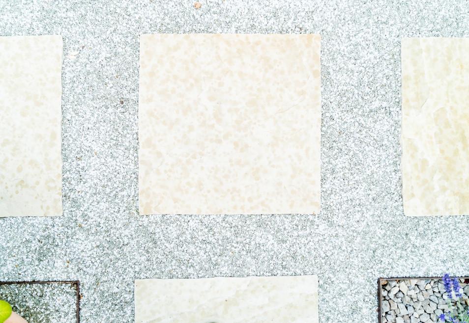 Sandstein Trittplatten im Kiesweg
