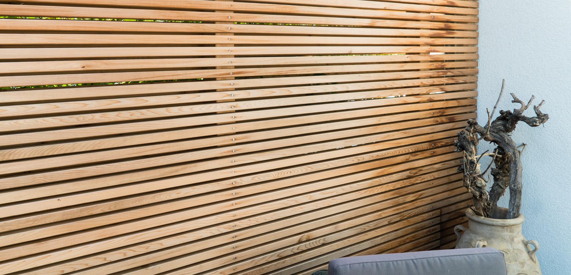 Holzsichtschutz für eine Terrasse