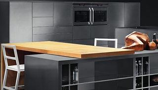 Luxusküche aus Stahl und Holz mit moderner Kochinsel