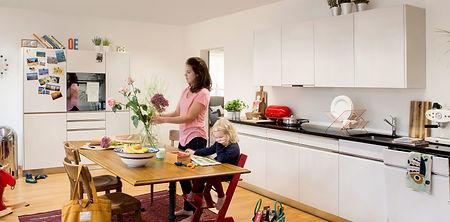 Moderne Küche mit weßer Pulverbeschichtung und Griffleisten