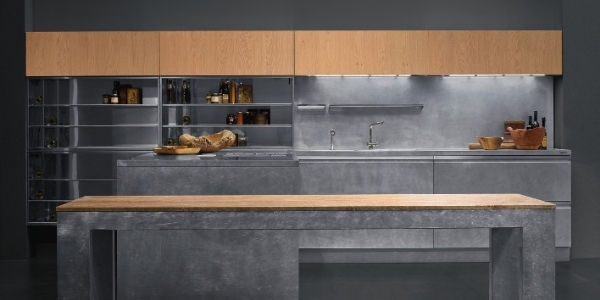 Italienische Design Küche mit Stahl Kochinsel