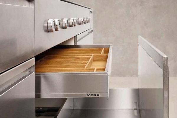 Moderne Küche aus Edelstahl - Kochinsel
