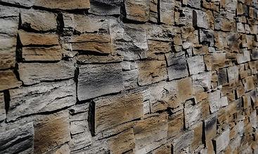 Steinwand mit künstlicher 3D Wandplatte