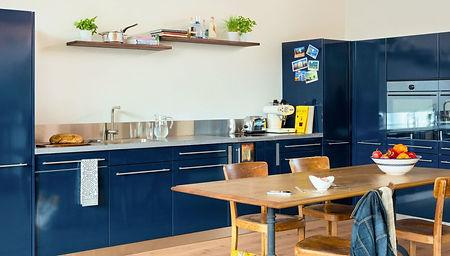 Hochwertige Küche mit blauer Pulverbeschichtung und Holzherd