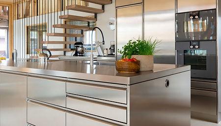 Moderne Industrial style Küche mit hochwertiger Kochinsel aus Edelstahl