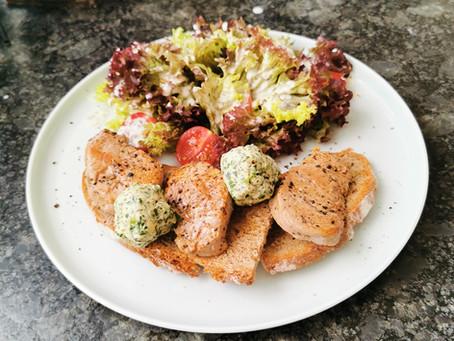 Stoelz-Brot mit Kräuterbutter und Salat