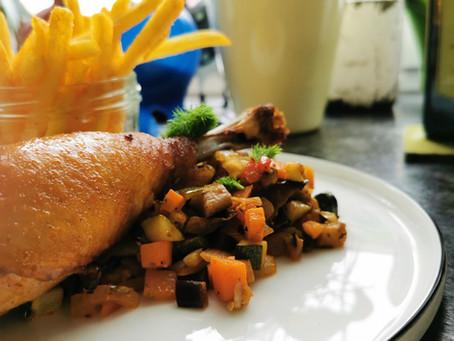 Hähnchenkeule mit geschmortem Gemüse und Pommes