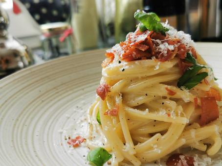 Spaghetti Cacio e Pepe mit angebratenem, getrockneten Schinken