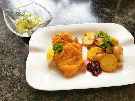 Münchner Schnitzel mit Bratkartoffeln und Gurkensalat