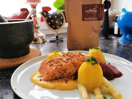 Lachs mit roter Pfefferkruste, Spargel, Hollandaise, Kartoffeln und Brombeersenf