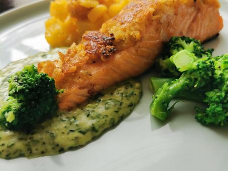 Lachs mit Panko-Senf-Kruste, Bechamelspinat, Kartoffelwürfel und Brokkoli