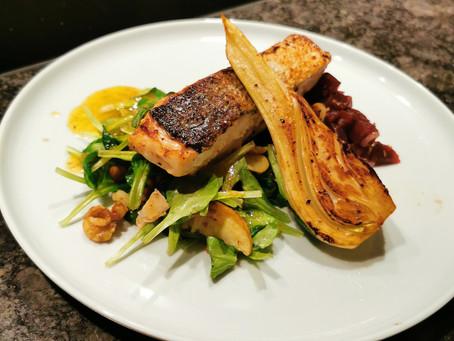 Lachs auf der Haut gebraten mit zweierlei Salat und Fenchel