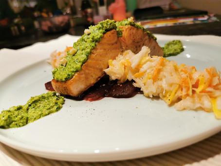 Lachs mit Petersilienkruste auf Rote-Bete Carpaccio und Rettich-Salat