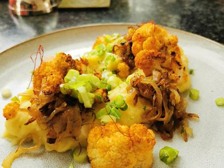 Kartoffelpüree mit gebratenem Blumenkohl und karamellisierten Zwiebeln