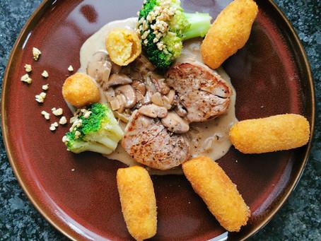 Schweinemedaillons mit Champignon-Rahm, selber gemachten Kroketten und Brokkoli