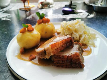 Krustenbraten mit Kartoffelknödeln und Weißkraut