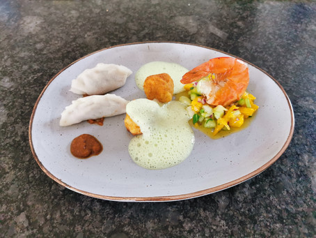 Dim Sum mit Erdnussdip, Garnelenpraline mit Wasabi Schaum und Carabinero mit Mango-Pak Choi Salat