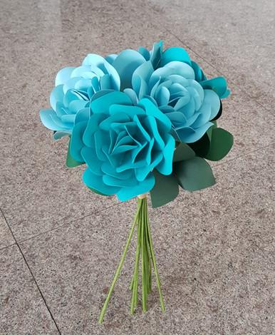 BUchet de trandafir albastru - 5 fire Disponibil la magazinul Mobexpert Băneasa & Pipera