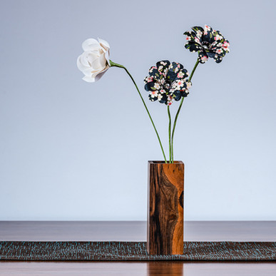Daisy & trandafir in vaza din lemn de nuc