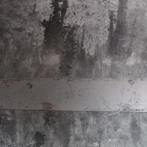 Peinture et barre métallique