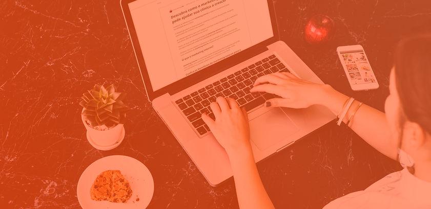 Imagem de uma pessoa acessando o blog da Clinicorp em um computador
