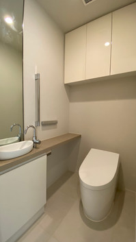 落ち着いた色彩のトイレ