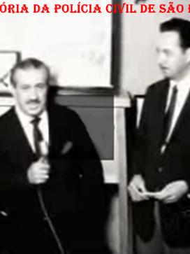 Em 1.965, entrevista do Reporter Policial Orlando Criscuolo, com o Diretor da Escola de Polícia da Rua São Joaquim, Delegado de Polícia José Cesar Pestana. De avental à esquerda, o Professor Carvalho.