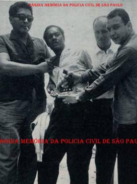 """Efetuando uma prisão, os Investigadores José Campos Correia Filho """"Campão"""" (sempre usando óculos de lentes escuras) e Sérgio Fernando Paranhos Fleury (antes de passar para Delegado), em meados da década de 60."""