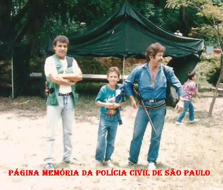 """Investigadores Osvaldinho Santos e Afonso """"in memorian"""", em 1.982, no estande de tiro do Barro Branco, Campeonato de Tiro Policial, pela Associação Paulista de Tiro, participando a PC, PM e EB."""