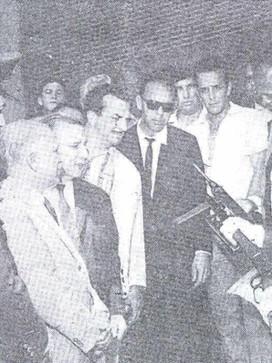 Secretário da Segurança Pública Ely Lopes Meirelles ao lado do Delegado Geral da época José René Motta, em 06 de novembro de 1.968 na cerimônia da criação da Patrulha Bancária, manuseando uma Winchester 44.