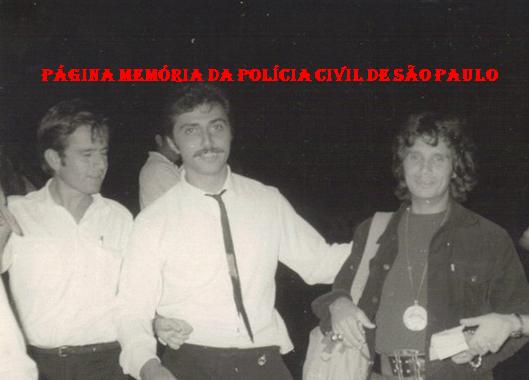 Carlos Alberto Marchi de Queiroz (posteriomente Delegado de Polícia) e Antonio Jorge Sauá (hoje um dos dentistas mais conceituados de Campinas), quando trabalhavam no DAC- Departamento de Aviação Civil, ora ANAC (Agência Nacional de Aviação Civil), no Aeroporto Internacional de Campinas, Viracopos, escoltando o passageiro Roberto Carlos Braga, que acabava de desembarcar de um voo da Swissair procedente de Zurique, em 18 de abril de 1.970