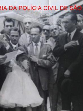 Foto de 1960 no Rio de Janeiro, o Presidente do Brasil Juscelino Kubitscheck em evento cultural, ouvindo o discurso do Dr. Carlos Noel de Melo, na época presidente da UNE- União Nacionaldos Estudantes, que posteriormente seria Delegado de Polícia em São Paulo.
