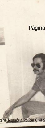 """Equipe da 1ª Delegacia de Roubos do DEIC, que conquistou por 3 meses seguidos o Título de """"Policial do Mês"""", componentes Investigadores de Polícia Oscar Matsuo. Buttes e Rui Frederico, na década de 70."""