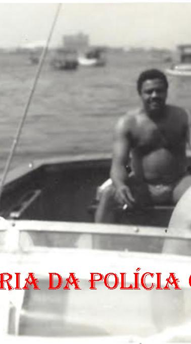 """Equipe de policiais que ficaram comissionados na Polícia Federal por 10 anos e retornaram à Polícia Civil: À partir da esquerda, de binóculo, o saudoso Investigador Vicente Vergal Neto """"Viche"""" (depois passou para Delegado e trabalhou na DGP), Joao Adelino Salim Newton Fernandes Moutinho e o piloto da lancha Fauzi Buchala, em 1.970. (Acervo do Investigador Luiz Albertto Spinola de Castro)."""