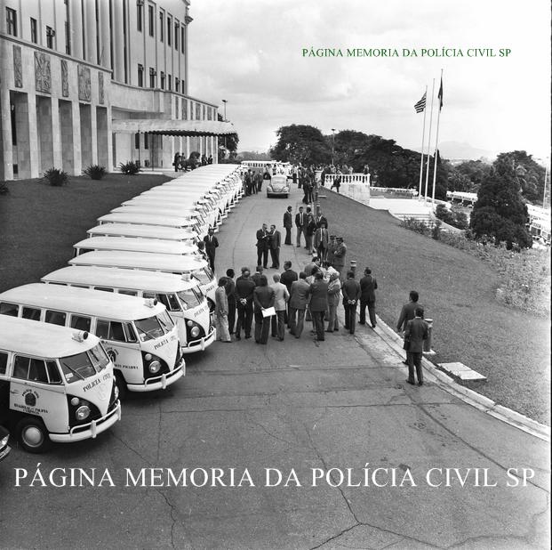 Entrega de viaturas VW- Kombi defronte o Palácio do Governo, na década de 70. (enviado por Ricardo Della Rosa da página Tudo por SP.