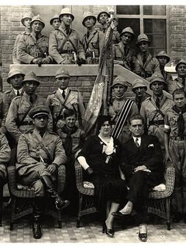 Ao centro da foto da extinta Guarda Civil do estado de São Paulo, na Revolução de 1.932, o então Chefe da corporação, Delegado de Polícia Thirso Queirolo Martins de Souza, foi nomeado Secretário de Segurança Pública em 28 de maio de 1.932.