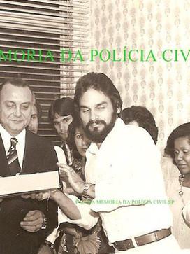 Delegado de Polícia Diretor do DEIC, Sérgio Fernandes Paranhos Fleury, homenagenando o Investigador Chefe da 1ª Delegacia de Roubos do DEIC, Jose de Freitas Mendonça, em 1.978.  Ao lado esquerdo o Delegado Romeu Tuma e atrás do Dr Fleury, seu filho Paulinho na época Investigador.