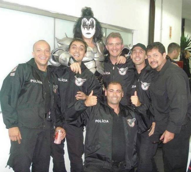 """Policiais Civis do GARRA- DEIC, com Gene Simmons, nome artístico de Chaim Weitz, que é o vocalista, baixista e fundador da Banda Kiss, mais conhecido pelo apelido """"The Demon""""."""