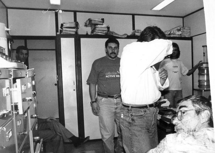 """Delegacia de Estelionato do DEIC, em 1982, Investigadores Volpe, o grande """"expert"""" em crimes de estelionato João Souza """"João Mongoba"""" (de barba em primeiro plano) """"in memoriam"""" e Douglas.  O Delegado Titular era o Dr. Eduardo Halagge."""