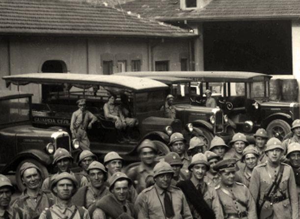 Ao fundo, os carros de transporte dos efetivos da Guarda Civil de São Paulo (anos 30).