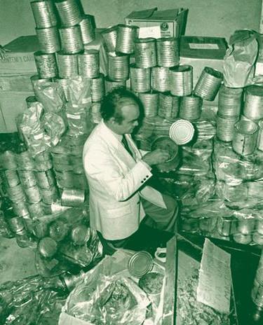 Maconha em lata invade as praias no Rio e em São Paulo em 25 de setembro de 1.987. Duas mil latas, hermeticamente fechadas, sem rótulo, aparentando as latas de extrato de tomates grandes, surgiram boiando e foram recolhidas em pelo menos 11 pontos do litoral fluminense e na costa norte de São Paulo. O conteúdo em cada uma delas, era de um quilo e meio de maconha prensada. A polícia divergiu quanto à procedência da droga. Agentes federais afirmaram que ela se destinava ao mercado externo, enquanto para representantes da Divisão de Entorpecentes paulista o consumo seria no próprio país. As latas eram parte de um lote que começou a aparecer em várias praias um mês antes. Vindas de Cingapura, elas teriam sido dispensadas ao mar por tripulantes do navio Solano Star que buscavam fugir do flagrante após tomarem conhecimento de que a carga havia sido denunciada ao Drug Enforcement Administration (DEA), polícia norte-americana especializada no combate e repressão ao narcotráfico. Há quem conteste e diga que a intenção era desviar a atenção da polícia para que uma carga maior e de outras drogas entrasse no país. Apesar da ostensiva operação para sua apreensão, não havia polícia que desse jeito. O episódio inusitado invadiu a cultura popular, virou gíria, alvo de brincadeiras e muito folclore. Muita gente nunca tinha visto maconha na vida. Teve quem utilizou a erva como se fosse tabaco. Quem tocou fogo para espantar mosquito. Alguns até serviram-se da erva como tempero na cozinha.... Haja histórias! Aliás, há quem diga que até hoje existem latas por ai..