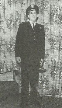 Engana-se quem, na foto, vê apenas um antigo oficial da Guarda Civil de São Paulo. Trata-te, na verdade, do Dr. Antônio Pereira Lima, que foi Delegado Auxiliar (diretor de departamento), da Polícia Civil de São Paulo e que, em 1926, foi o primeiro diretor, mesmo sendo Delegado de Polícia, de policiamento daquela corporação, a qual, em 1969, foi extinta para compor, em parte, as fileiras da recém-criada PM. Muitos guardas civis vieram p/ a Polícia Civil, tendo esta Instituição sido a base para a criação daquela. Daí a verdade de que a Guarda Civil tem berço na nossa Polícia Civil e por nós deve ser reverenciada! Que esta imagem do Dr. Pereira Lima, uniformizado, sirva de exemplo para aqueles que propalam ser a velha Guarda Civil predecessora da atual PM. Na verdade, a base dessa gloriosa corporação é a Força Pública (também extinta). Vamos, então, levantar parte da bandeira que, por mérito e direito, nos pertence na história da segurança pública paulista!