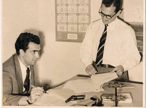 Em sua sala da DP de Poá/SP, o Delegado de Polícia Eleutério Dutra, sentado; em pé, o Escrivão José Maia Nóbrega, no final da década de 50. (enviado pela filha do escrivão Nobrega, Neusa Maria Rambaldi Nóbrega).