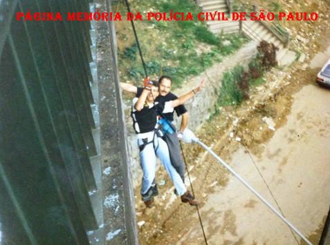Investigadores Bernadino e Marco Quaranta, do Grupo 10 do Garra, praticando rapel, na década de 90.