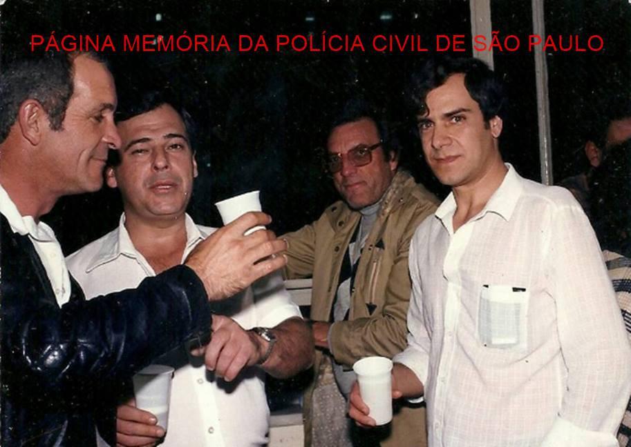 """Equipe """"A"""" da antiga Divisão de Crimes Contra a Pessoa do DEIC, atual DHPP, em comemoração ao prêmio """"Troféu Laudelino de Abreu"""", em 1986. À partir da esquerda, Investigadores saudosos João Osne e Jose Dionísio Altue; Luiz Zampollo e o Escrivão Armando Fragnan. Acervo da Investigadora Camila Fragnan."""